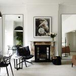 Симметричные зеркала в интерьере гостиной