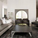 Круглое зеркало в интерьере гостиной