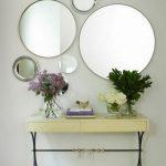 Зеркальная композиция в интерьере гостиной