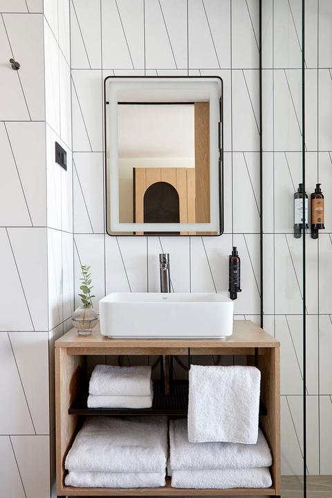 Белая плитка в интерьере, плюсы и минусы, фото