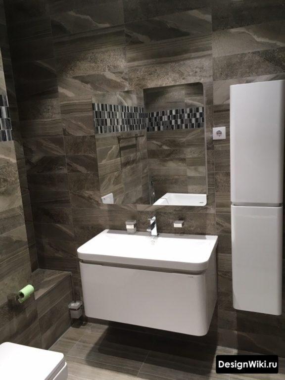 Белый глянцевый вертикальный шкаф в ванной комнате