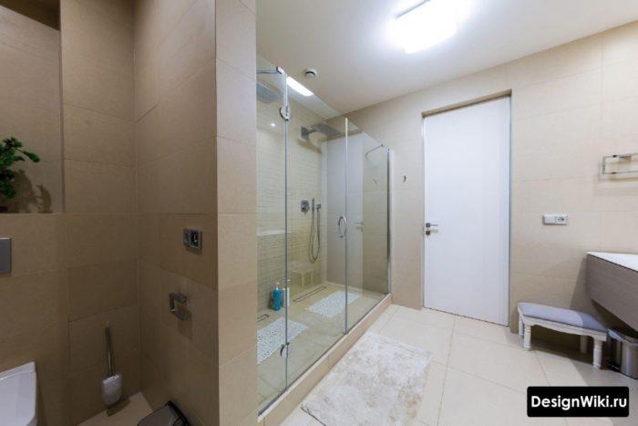 Большая душевая ванна в новой дорогой ванной комнате