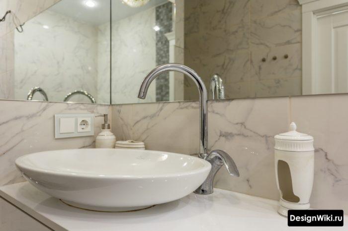 Дизайн ванной комнаты с отдельно стоящей раковиной