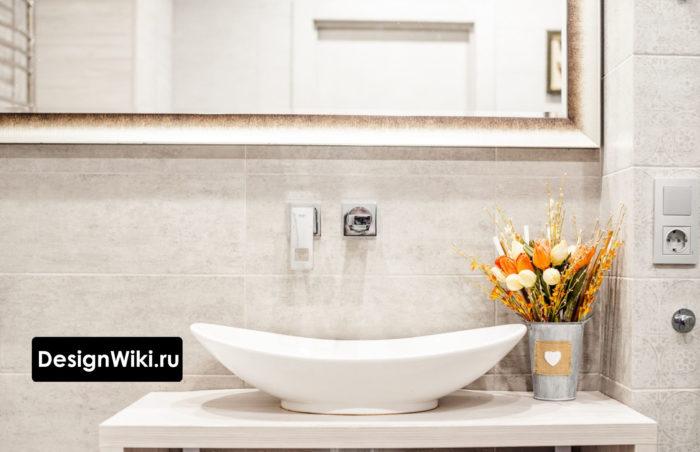 Смеситель в современной ванной комнате