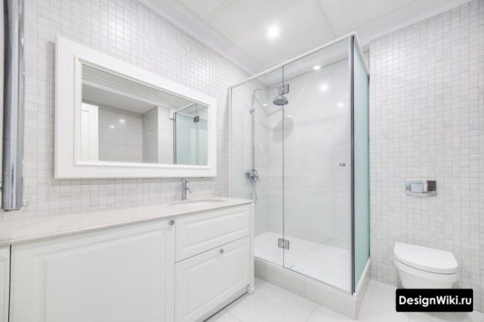 Современная белая ванная комната с душем