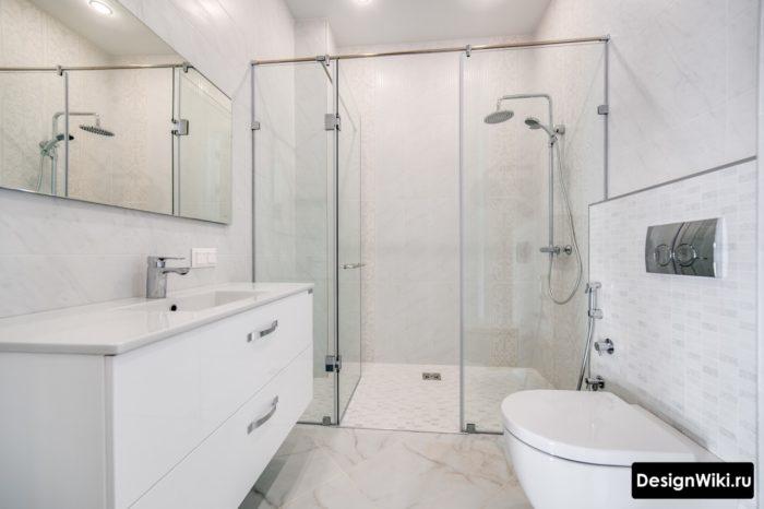 Современная ванная комната с яркой ванной