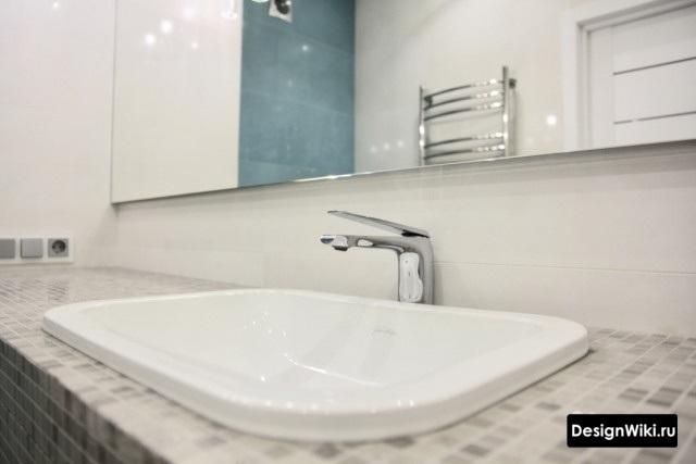 Встроенная раковина с мозаичной столешницей в современной ванной комнате