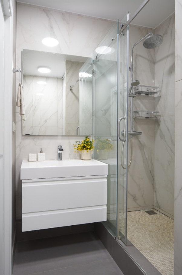 белый навесной шкаф в ванной комнате