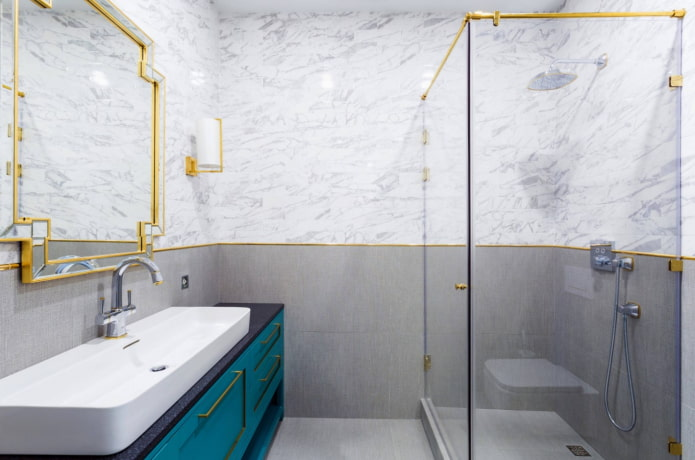 Ванна с деталями золотого цвета