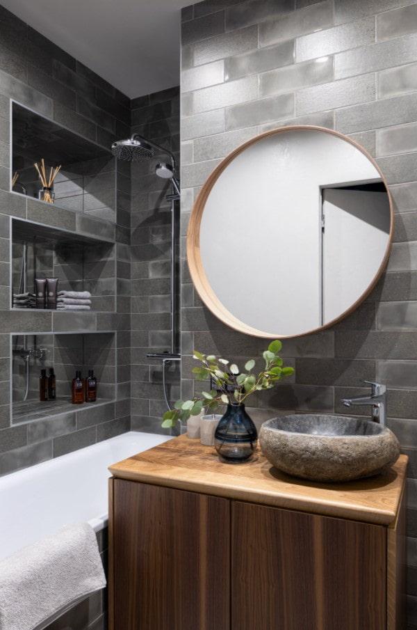 углубления в стене ванной комнаты в качестве полок
