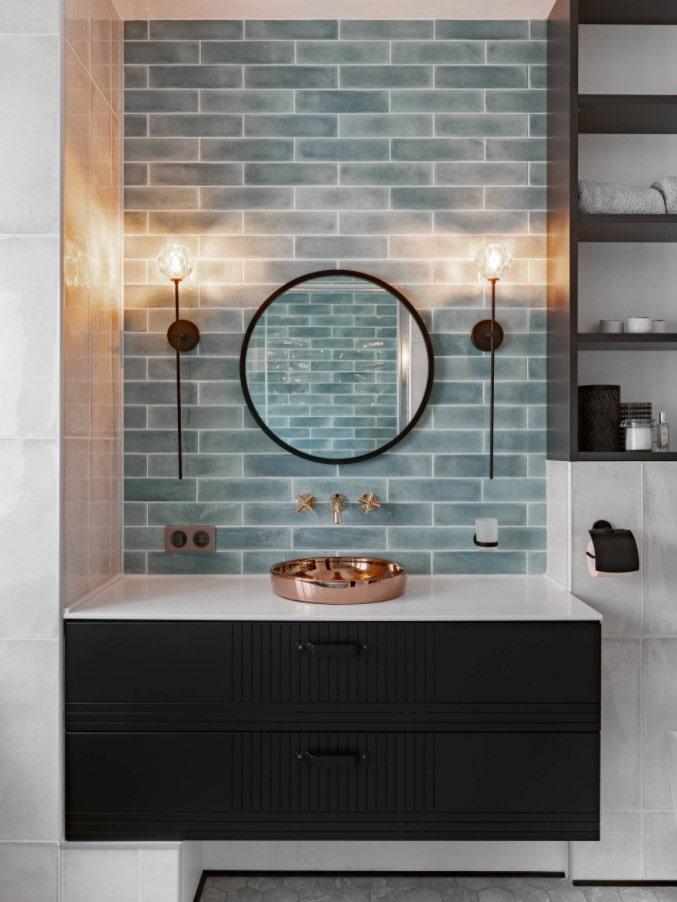 стеклянные шкафы на стене