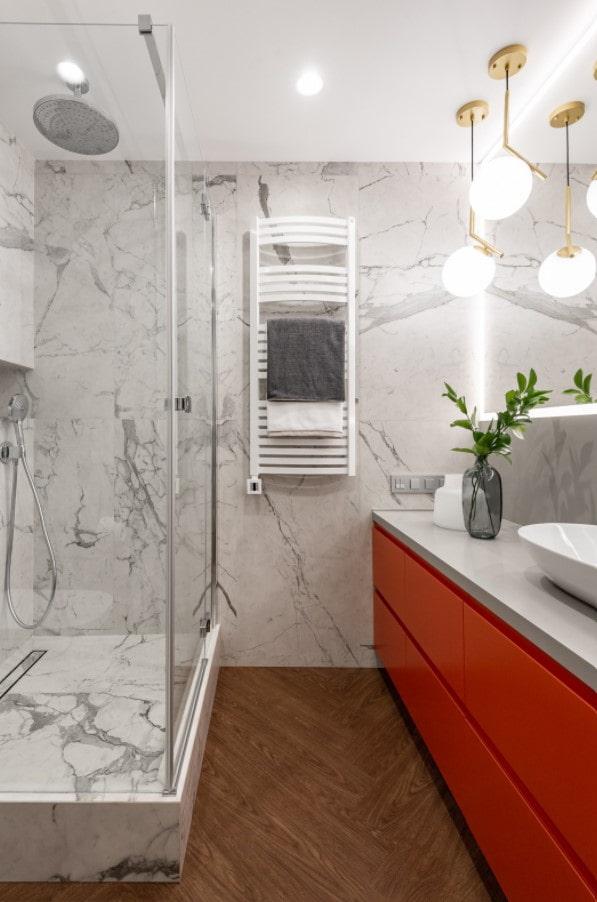 яркая мебель в ванной комнате