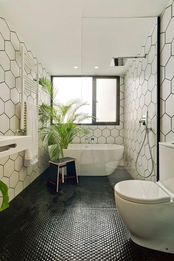 черно-белая ванна с мозаичным полом.