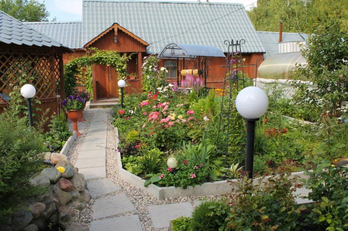 Маленький сад с цветами
