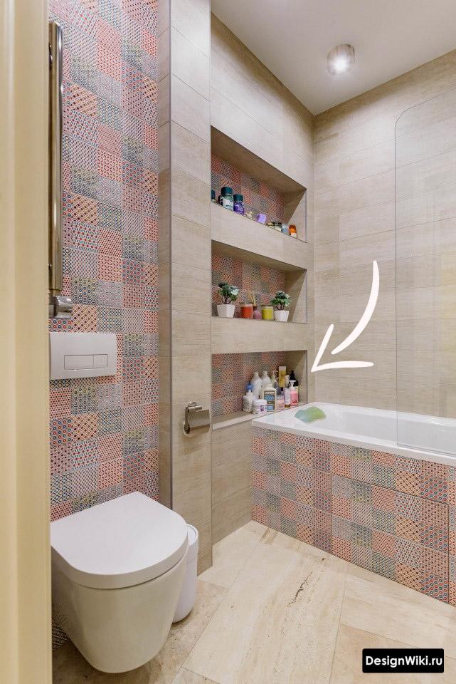 Открытые полки в современной ванной комнате.