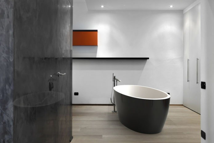 просторная черно-белая ванная комната